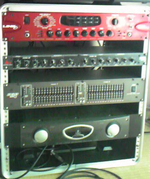 上からPOD pro / 266XL(コンプ) / SR830(グライコ) / A500(パワーアンプ)